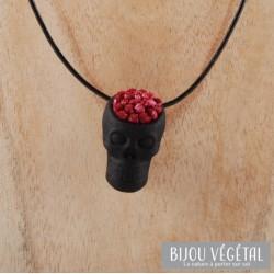 Collier tête de mort noire avec du lichen