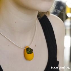 collier goutte jaune avec plante